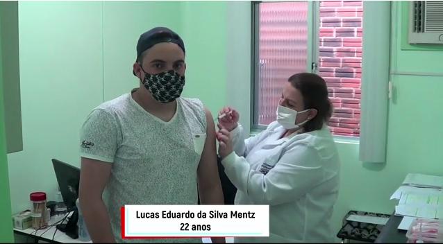 Lucas Eduardo de 22 anos, recebeu a primeira dose da vacina contra o Covid-19 nesta semana