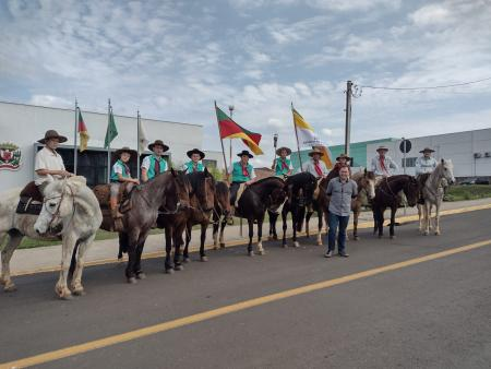 Cavalarianos do CTG Estância do Siqueira prestigiaram o acendimento da Chama Crioula em Encantado